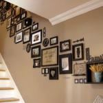Картины вдоль лестницы