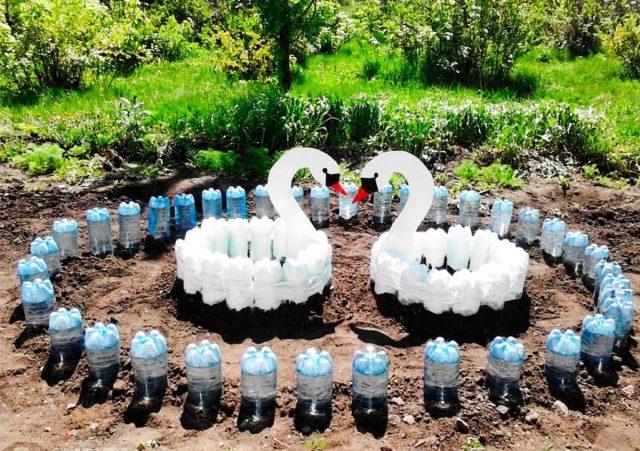 Пластиковые бутылки в виде озера в саду