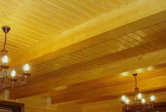 Обшитый вагонкой потолок